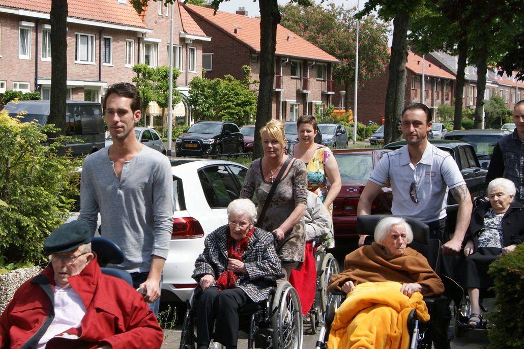 Cliënten wandelen met demente bejaarden: een win-win-win-situatie!
